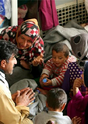 Civilians flee ISIL-held territory in Iraq